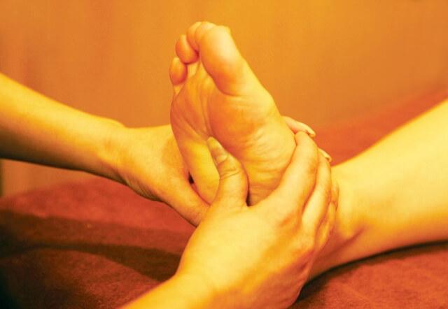 坐骨神経痛と足の裏の関係とは?ツボ押しは効果的?