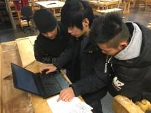 Joel, Wirawat och Wirawut jobbar med texten