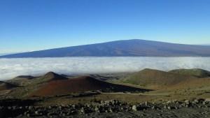 ハワイで登山、その魅力③マウナ・ロア山頂の巨大火口・モクアウェオウェオを見る