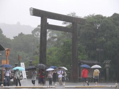 大雨の中の宇治橋鳥居