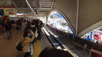 hakone-ekiden-watching-the-race-from-the-train-station