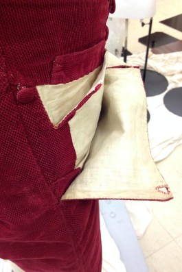 This arrangement creates several pockets at the front of the breeches. There are in fact extra pockets that are covered by the bib-front.