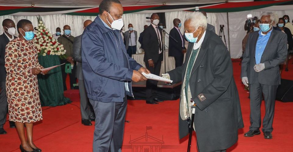 President Uhuru Kenyatta presiding over the issuance of 38,000 land title deeds to residents of Embakasi Ranching, Tassia, Korogocho and Mbagathi River Bank estates at KICC, Nairobi yesterday.