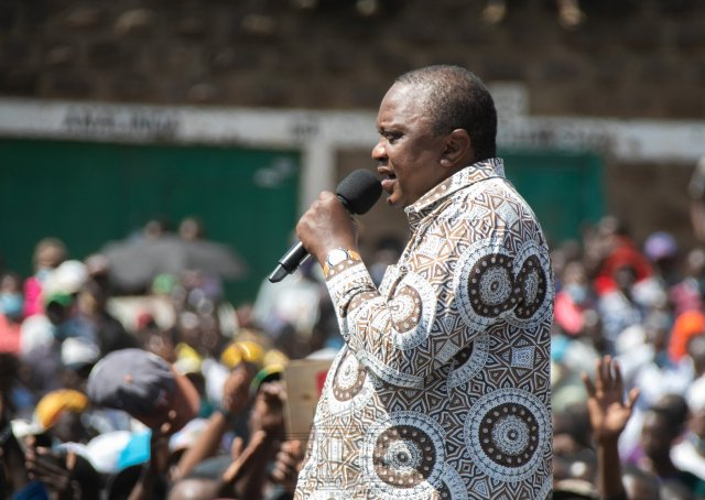 SHAME as KAYOLE residents embarrass UHURU badly – The President was speaking to buildings (VIDEO)