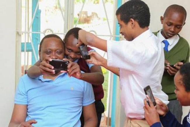 uhuru kenyatta with students at stae house