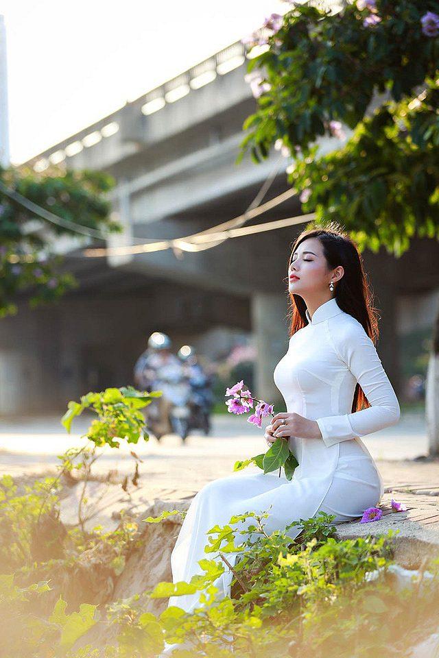lac-buoc-vi-mai-ngam-le-song-ngan-dep-tinh-khoi-voi-ao-dai-trang (4)