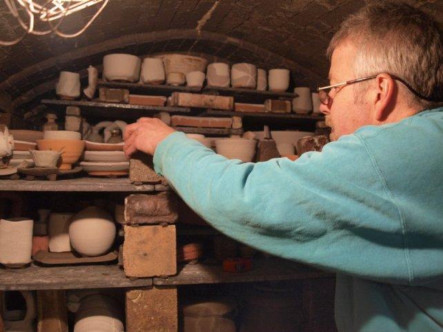 John Dix bei Setzen des Ofens