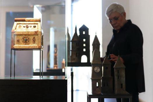 Die Mindener Künsterlin Theresia Störtländer-Nerge stellt ihre Objekte im Domschatz Minden aus. Foto: DVM/Alex Lehn