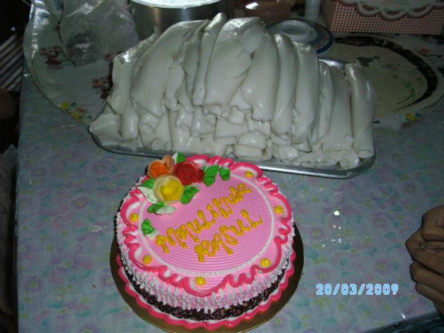 Sebelah kek ialah Laksam yang belum dipotong.  Kanak-kanak biasanya suka Laksam.