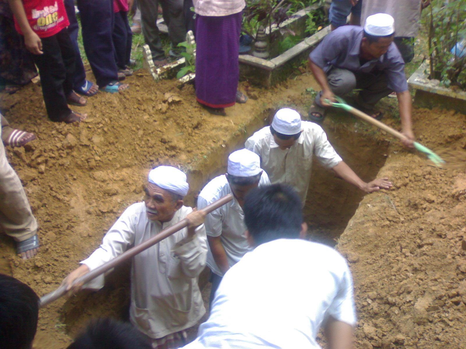 Dari kiri; Abah, Pakcik Jeng, Paksu Aziz dan Pakcik Nor di atas tebing.