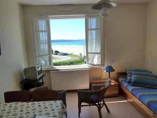 Appartement-2- salon avec vue sur la plage de kervel et douarnenez