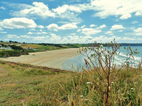 La plage de Kervel à Plonevez-porzay - Vue du chemin de randonnée GR34