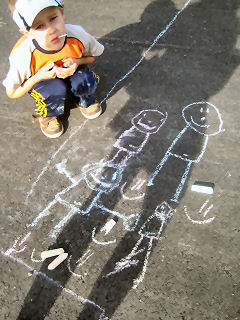Lapset koristelivat Nissilänpihan uuden asvaltin.
