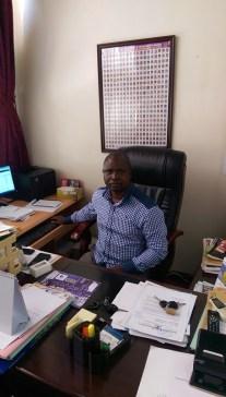 Chris Obore hinter seinem Schreibtisch