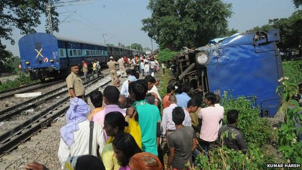 Tabrakan kereta di stasiun Gorakhpur, India Utara