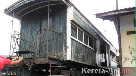Gerbong CR di Stasiun Kebon Polo, sekarang sudah dipindahkan ke Museup KA di Ambarawa (foto: bantons.wordpress.com)