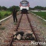 Ada yang usil letakkan Tumpukan Batu di atas Rel Kereta di Kebumen