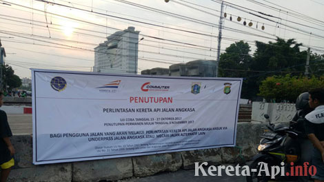 Perlintasan kereta api di Jalan Raya Angkasa - poskotanews.com