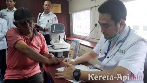 Pengecekan kesehatan di dalam Rail Clinic di Stasiun Cibatu - jabar.tribunnews.com