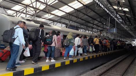 Penumpang mengantri memasuki gerbong kereta api - www.citrust.id