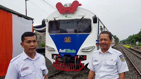 Rusi Haryono, Vice President PT KAI Divre Sumut (kiri) - news.analisadaily.com
