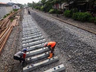 Pekerja memasang bantalan rel pada proyek pengerjaan reaktivasi jalur kereta Cianjur-Padalarang di Ciranjang, Kabupaten Cianjur, Jawa Barat