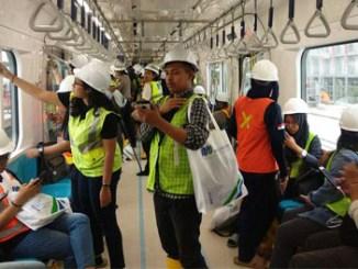 Para penumpang mencoba menaiki MRT