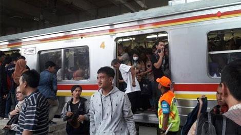 Suasana penumpang di Stasiun Jatinegara