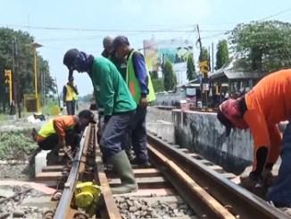 PT KAI Daop 8 Perbaiki Rel di Lamongan - news.detik.com