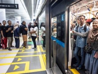 Penumpang kereta MRT menunggu keberangkatan
