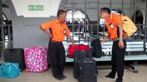 Porter di Stasiun Pasar Senen Jakarta