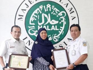 Penyerahan sertifikat halal dari MUI kepada PT RMU
