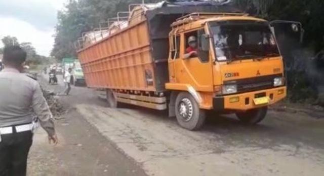 Photo of Truk Odol Sebagai Biang Kerok Kerusakan Jalan Nasional di Jambi