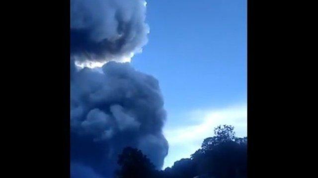 Gunung Tangkuban Perahu, Jawa Barat, erupsi serta mengeluarkan abu vulkanik, Jumat (26/7/2019) sore sekitar pukul 16,00 WIB. [Twitter]
