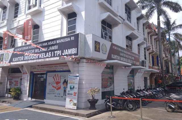 Photo of Praktik Pencaloan di Imigrasi Jambi, Pakai Biro Jasa Travel, Paspor Sehari Selesai