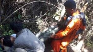 Tim SAR evakuasi satu pendaki yang pingsan di Gunung Kerinci. Foto: Istimewa