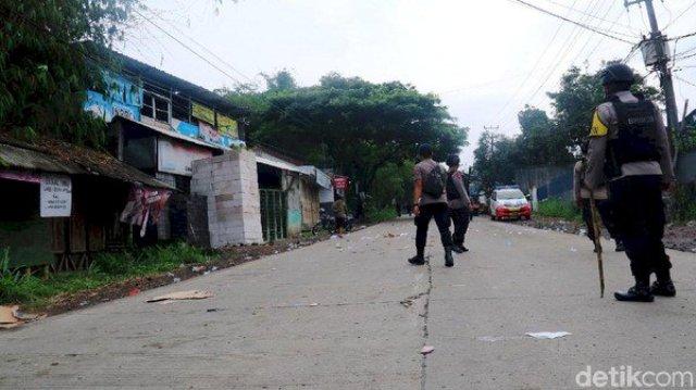 Photo of Mencekam, Bentrok Dua Massa Ormas di Sukabumi