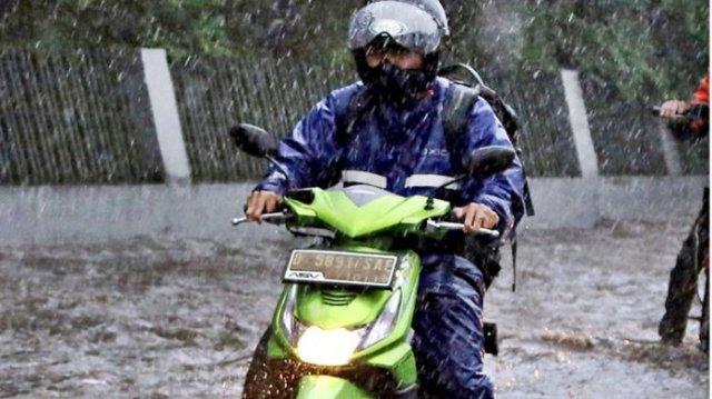 Photo of Awas Tergelincir, Ini Cara Berkendara Motor saat Hujan
