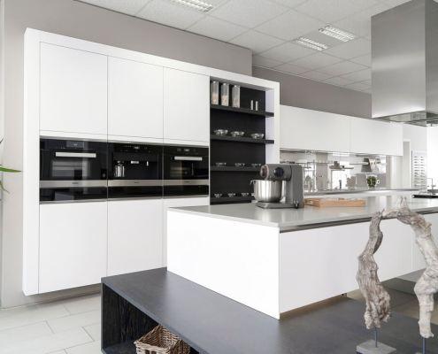 Häcker Systemat Küche, grifflos mit Front in Mattlack polarweiss