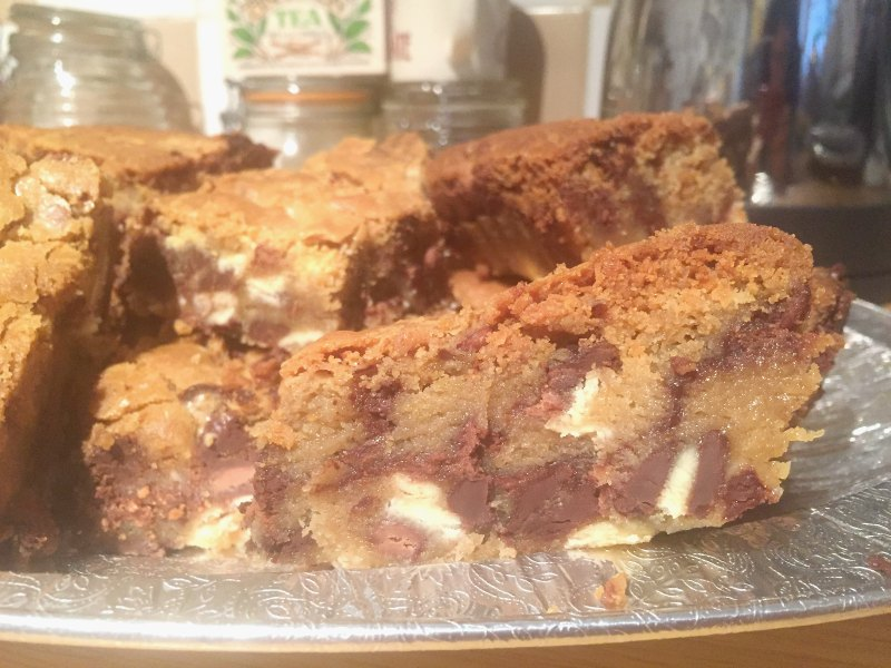One of the best things I've ever eaten! Soft, chewy and Easy Chocolate Chip Nutella Cookie Bars ....there's a seam of nutella in the middle....