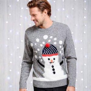 Grijze heren kersttrui met een 3D sneeuwpop aan de voorzijde. De sneeuwpop heeft een blauwe muts op met een rode band en een rode 3D bal op de bovenkant.