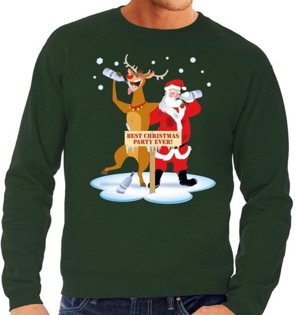 """Groene heren kersttrui met een print van een dronken Rudolf en kerstman. Ze staan voor een bord met de tekst """"best christmas party ever!""""."""