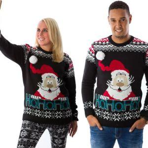 """Zwarte uniseks kersttrui met tricot manchetten aan de hals, mouwen en taille. De kersttrui is verder versierd met Noorse patronen over de schouders en sneeuwsterren boven de taille. Verder heeft de kersttrui een print van de kerstman op de voorzijde met daaronder de tekst """"ho ho ho""""."""
