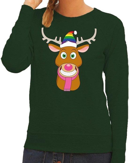 Groene dames kersttrui met aan de voorzijde een print van gay Rudolf, met regenboog kerstmuts en roze sjaal.