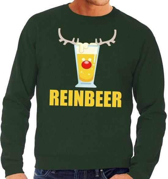 """Groene heren kersttrui met op de borstzijde een print van een bierglas met rendier gewei, rode neus en eronder de tekst """"reinbeer""""."""