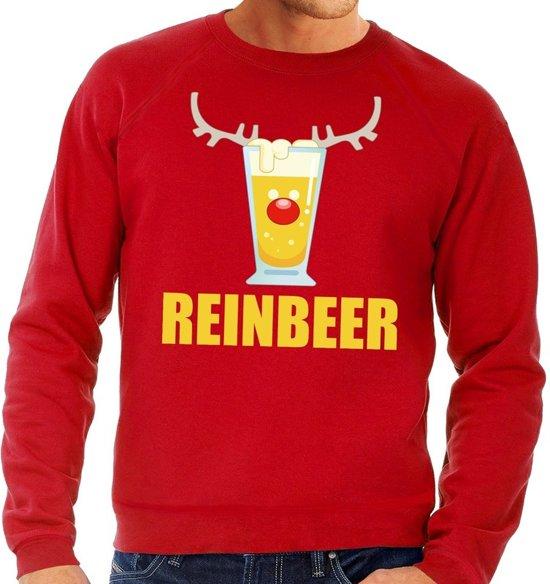 """Rode heren kersttrui met op de borstzijde een print van een bierglas met rendier gewei, rode neus en eronder de tekst """"reinbeer""""."""