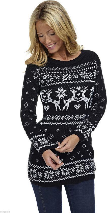 Een extra lange zwarte dames kersttrui met tricot manchetten aan de ha;s, mouwen en taille. De kersttrui is verder versierd met verschillende witte Noorse patronen en een print van verliefde rendieren.