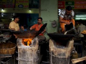 varanasi-india-asia-varanes-street-photography-kersz-59