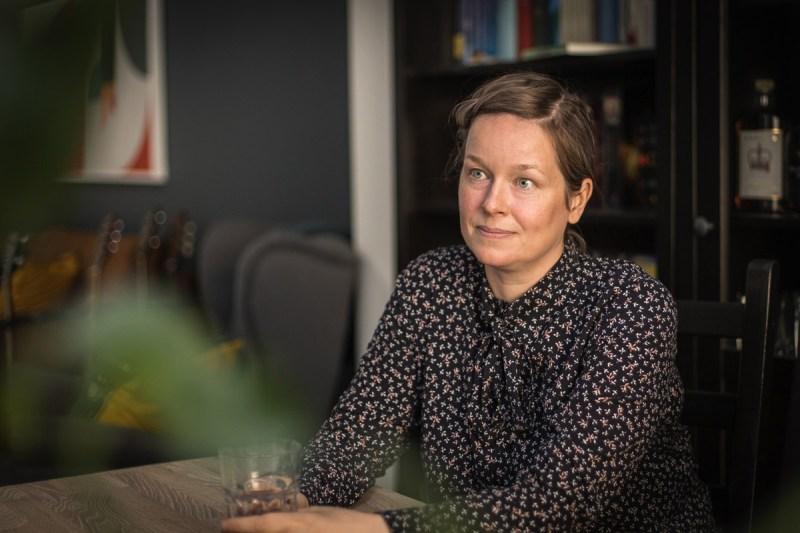 Kirjailija Pauliina Vanhatalo puhuu nonfiktion ja fiktion eroista.
