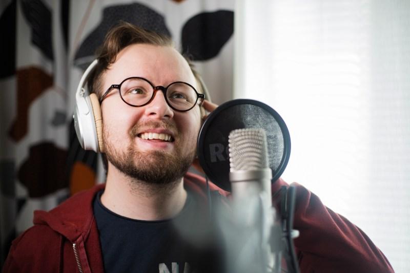Kertojan ääni -podcastin juontaja Jukka Ahola